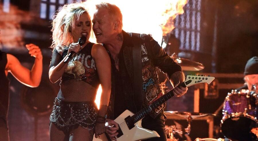 Forsanger James Hetfield blev akkompagneret af Lady Gaga, men da der ikke kom lyd ud af Hetfields mikrofon, blev det en noget ujævn oplevelse. Hetfield delte derefter mikrofon med Lady Gaga, før teknikerne fik rettet op på fejlen.