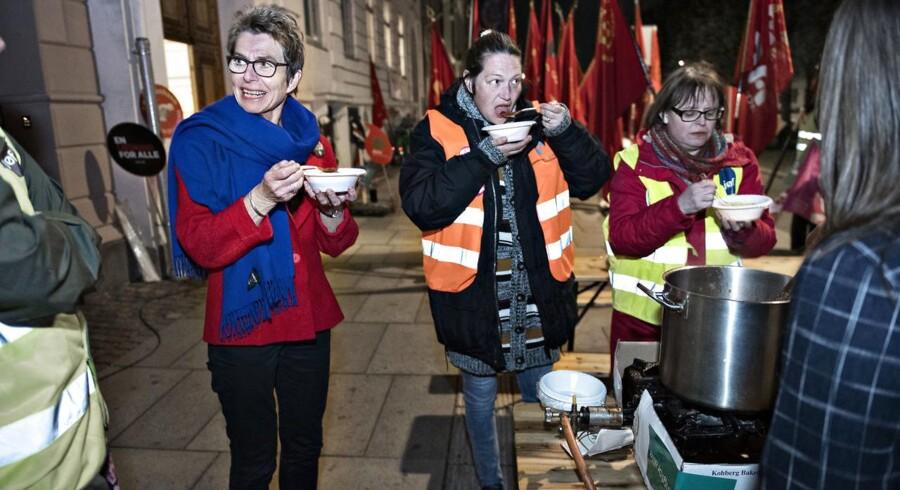 Grete Christensen, formand for Dansk Sygeplejeråd deltager i suppespisning fredag kl. 23.30 foran Forligsinstitutionen.