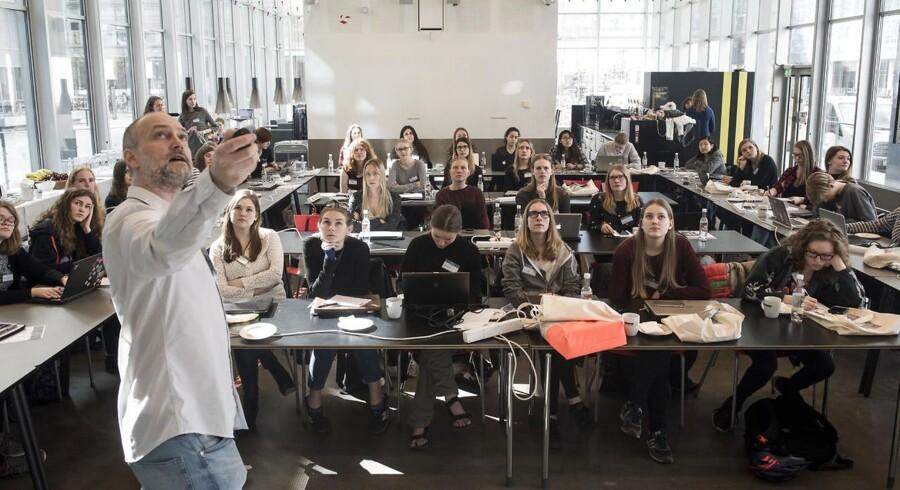 »Vi er hverdagens eksperter, og holder ikke mund,« skriver Sana Mahin Doost og Malte Sauerland-Paulsen. Arkivbillede af studerende på IT-universitetet.