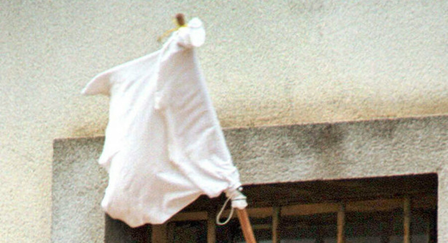 Der kommer ingen hvide flag op endnu - politikerne har udsat beslutningen om nye dokumentformater. Foto: Reuters/Scanpix
