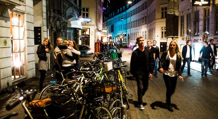 Indre København plages af nattelivet, der larmer og sviner mere og mere. Der kommer flere og flere alkoholbevillinger som Bevillingsnævnet og Politiet angiveligt ikke har overblik over. Nattereportage. Unge mennesker i vestergade i københavn.