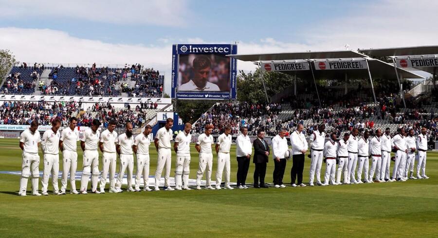 Cricketkamp mellem England og Vestindien. Også her holder spillerne et minuts stilhed for ofrene i Barcelona.