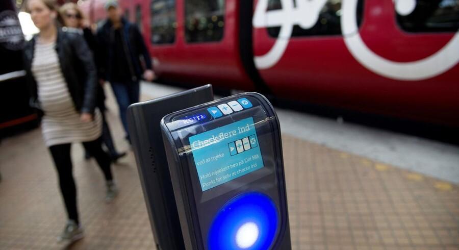 Socialdemokratiet, Dansk Folkeparti og Enhedslisten mener, at Rejsekortet A/S selv må finde pengene til at finansiere gratis fornyelse af rejsekort.