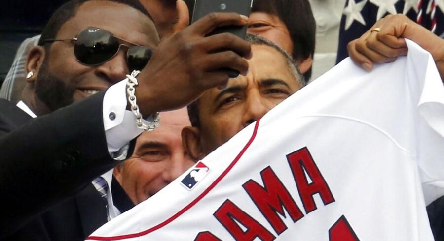 """Boston Red Sox, der vandt det amerikanske baseball-mesterskab i 2013, var inviteret til en hyldest i Det Hvide Hus.USAs præsident Barack Obama poserer sammen med baseball-spilleren David Ortiz til en """"selfie"""" i forbindelse med hyldesten af sidste års amerikanske baseballmestre Boston Red Sox."""