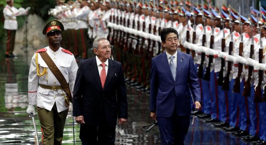 Cubas præsident Raul Castro (midt) og Japans premierminister Shinzo Abe (højre) under Shinzo Abes besøg på Cuba d. 22 september.