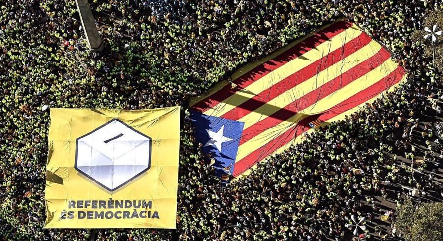 Hundertusinder deltog mandag i en kæmpedemonstration for uafhængighed i forbindelse med Cataloniens nationaldag. EPA/ROSER VILALLONGA / CATALAN NATIONAL ASSEMBLY / HANDOUT HANDOUT EDITORIAL USE ONLY/NO SALES