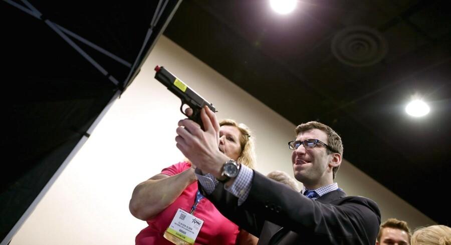 Repræsentanter for National Rifle Association er med på konferencen for at slå fast, at amerikanernes frihedsfundament ligger i våben.