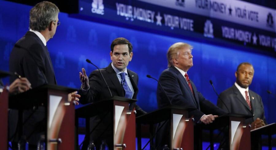 Marco Rubio adresserer Jeb Bush, mens Donald Trump og Ben Carson lytter med under Republikanernes tv-debat natten til torsdag.