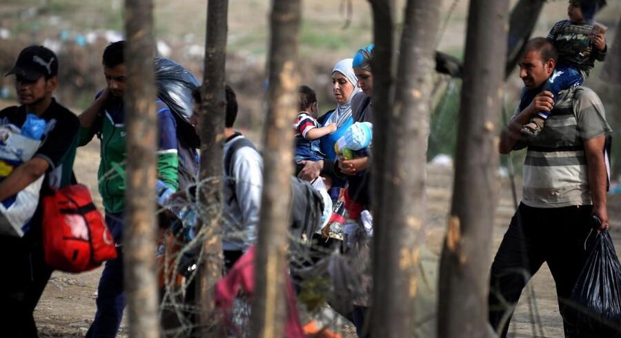 Flygtninge venter på at komme over grænsen mellem Makedonien og Grækenland.