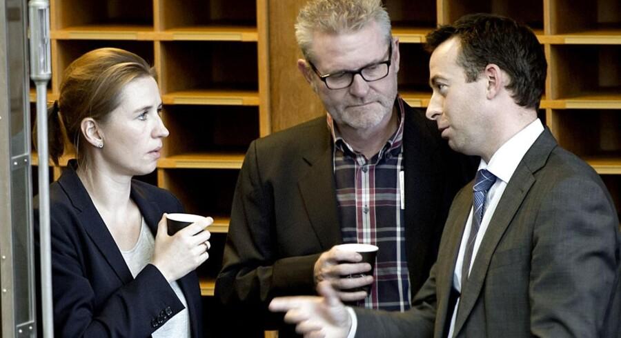 Venstres arbejdsmarkedsordfører, Hans Andersen (th.), i dialog med Mette Frederiksen (S), mens hun endnu var beskæftigelsesminister.