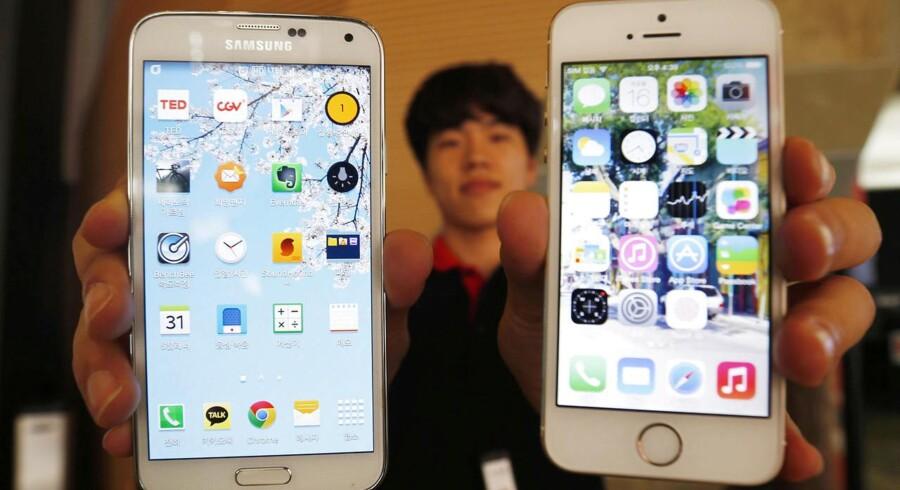 Det er stadig Apples iPhone-telefoner og Samsungs Galaxy-telefoner, der ligger i de fleste danskeres lommer. Nu har Apple imidlertid taget føringen. Arkivfoto: Kim Hong-Ji, Reuters/Scanpix