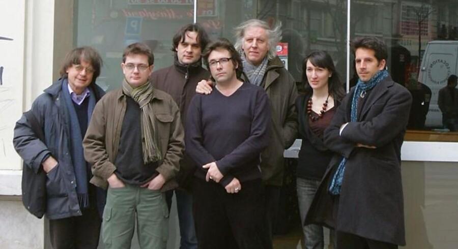 Arkivfoto af medlemmer af det franske satiriske magasin Charlie Hebdo - inkluderende tegnerne Cabu til venstre, Charb nr. to fra venstre, Tignous nr. fire fra venstre og Honore nr. fem fra venstre. Charb, Wolinski, Cabu og Tignous er blandt de dræbte, da terrorister åbnede ild på kontoret i Paris.