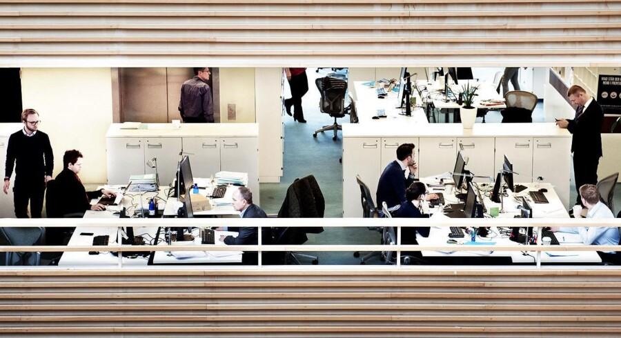 Støj og forstyrrende kolleger er de to værste gener ved åbne kontorlandskaber, der langtfra altid fungerer efter hensigten. Derudover er der også problemer med både indeklimaet og temperaturen i kontorerne.