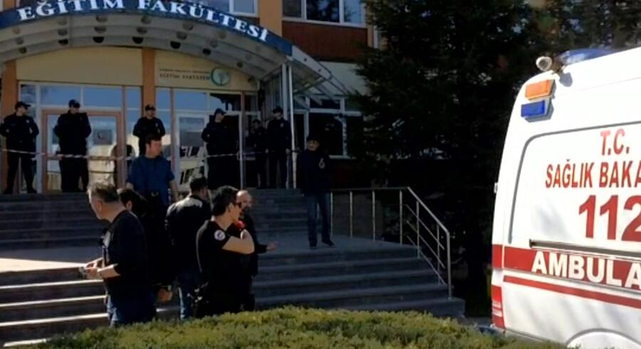 Tyrkisk politi ved indgangen til det universitet, hvor en forskningsassistent torsdag dræbte fire og sårede tre andre i et skudangreb. Scanpix