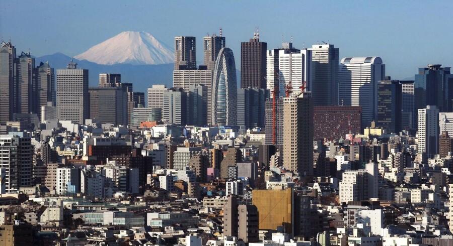 Japans hovedstad Tokyo er ifølge FN verdens største by og rummer med forstæder over 38 mio. indbyggere. I baggrunden - 100 km fra byen - det japanske nationalsymbol, vulkanen Fuji.