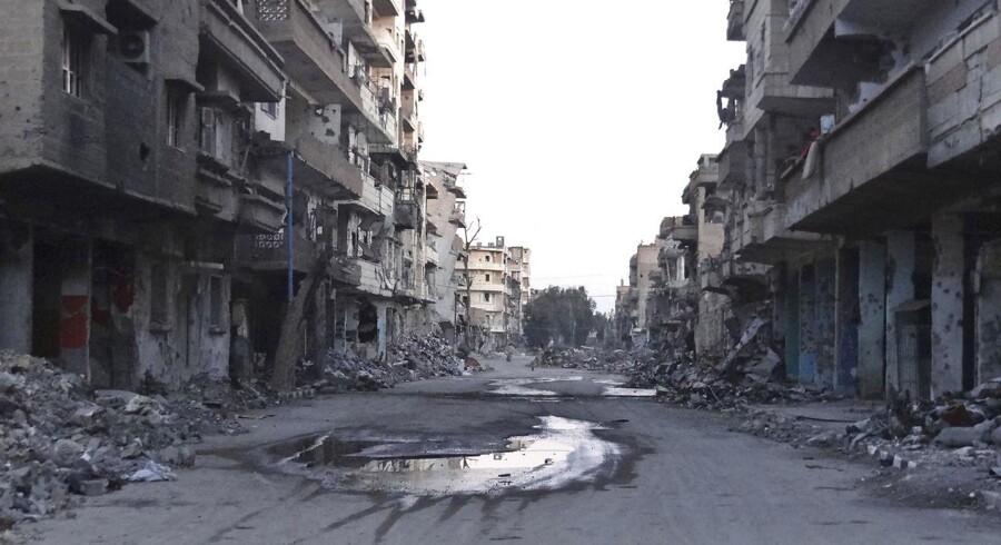 Arkivbillede fra Deir al-Zor, som længe har båret præg af kampene i Syrien, og som lørdag blev angrebet af IS. Flere end 300 mistede ifølge nyhedsbureauet Sanaa livet under angrebet, mens mindst 400 skal være blevet bortført til et område, som terrororganisationen kontrollerer.