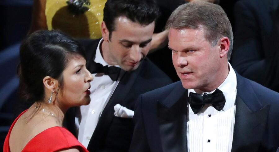 Brian Cullinan (til højre) på scenen ved Oscar-uddelingen sammen med kollegaen Martha Ruiz fra PricewaterhouseCoopers.