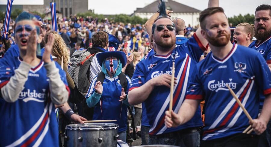 Island spiller mod Frankrig og flere tusind mennesker mødes på Arnarhóll i Reykjavik, for at se kampen på storskærm. Frankrig vandt 5-2