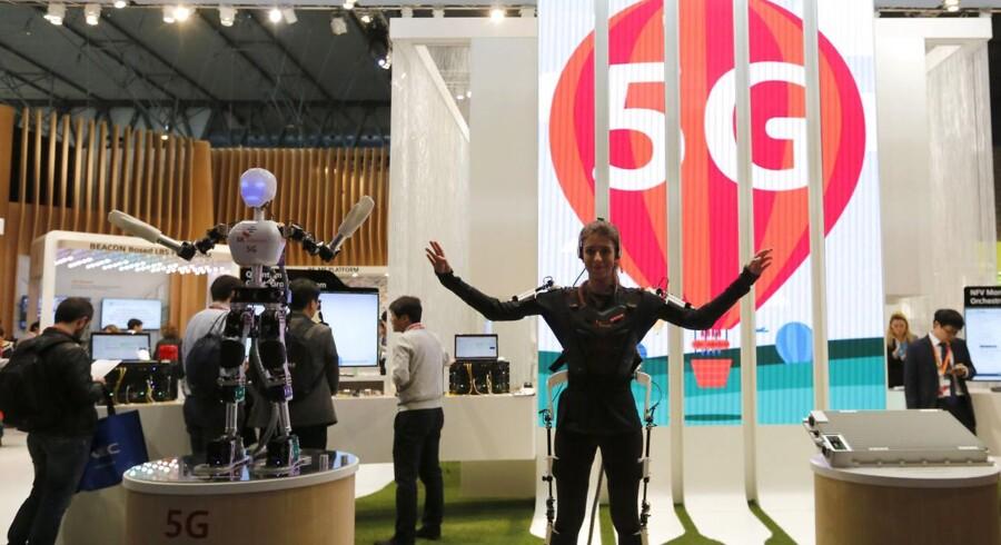 Selv om 5G-mobilteknologien stadig ikke er afklaret til enighed i alle detaljer, kappes telegiganterne om at komme først med en lancering. De eksperimenterer derfor på livet løs og viser deres fremskridt som her på verdens største mobilmesse, Mobile World Congress, i Barcelona i februar i år. Arkivfoto: Gustau Nacarino, Reuters/Scanpix
