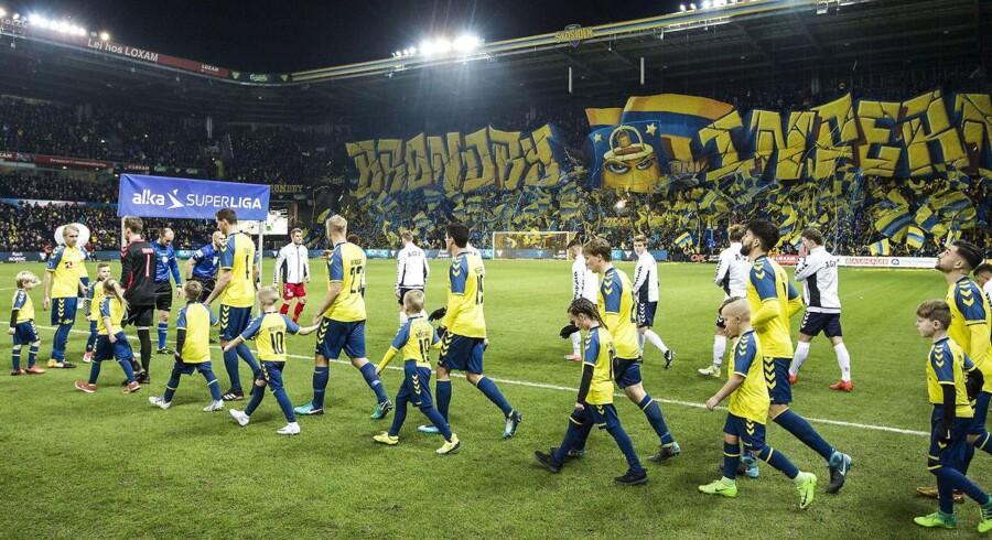 Spillerne går på banen før Alka Superliga-kampen mellem Brøndby IF og AGF på Brøndby Stadion søndag den 10. december 2017. (Foto: Anders Kjærbye/Scanpix 2017)