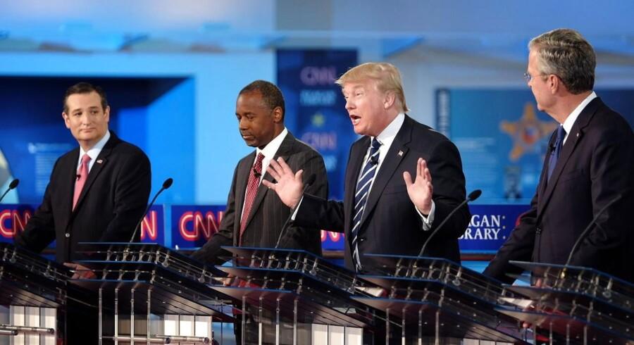 Repræsentanter for de tre fløje i det republikanske parti. Fra venstre: Ted Cruz, der tilhører Tea Party-bevægelsen, dernæst Ben Carson og Donald Trump, der begge regnes blandt outsiderne i partiet, og yderst tilhøjre Jeb Bush, der tilhører partiets moderate fløj.