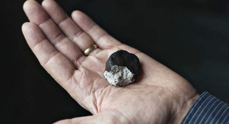 En meteorit på 75 gram er blevet fundet ved Dueodde på Bornholm. Her ses et stykke fra Ejby-meteoritten, der faldt ned i februar 2017.