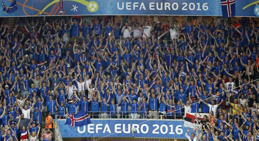 Islandske fans fejrer sejren.