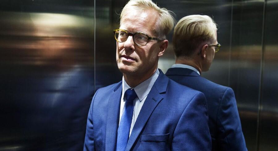 Forsvarsminister Carl Holst benægter, at hans spindoktor hjalp ham i valgkampen, da de begge sad i Region Syddanmark. Flere medier dokumenterer det modsatte.