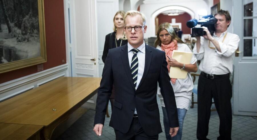 Forsvarsminister Carl Holst til samråd på Christiansborg.