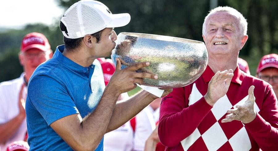 Made in Denmark-turneringens mæcen, Jysk-ejer Lars Larsen, overrakte trofæet til den amerikanske vinder, Julian Suri.