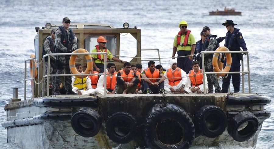Christmas Island er en af de tre øer, hvor Australien har indrettet lejre for flygtninge. Her ankommer kystbevogtningen med asylsøgere, hvis skib blev slået til vrag under forsøget på at nå Australien. Foto: Reuters