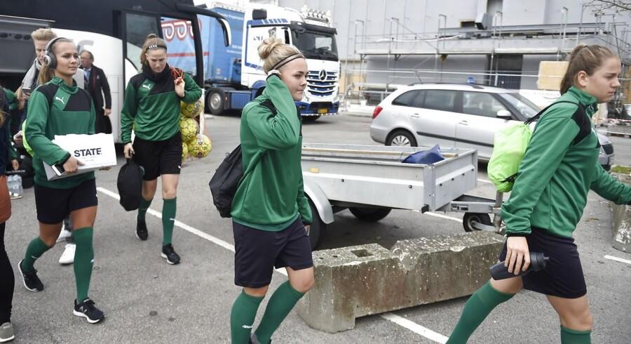 Kvindelandsholdet i Dragør til træning. Kampen mod Sverige er dog aflyst.