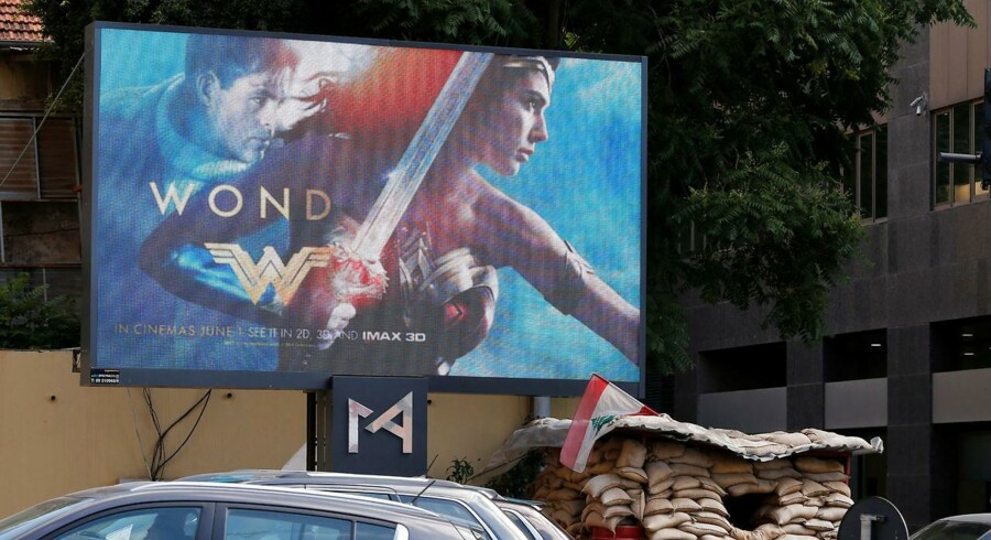 """Filmen """"Wonder Woman"""" nåede at komme på plakaten i Libanon (Billedet), men det lykkedes en antizionistisk gruppe at få bandlyst filmen dagen før premieren. Foto: Reuters/Mohamed Azakir"""