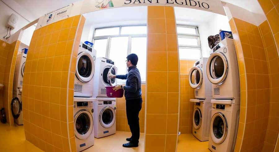 En mand anvender maskinerne i »Papa Francesco Laundry« - »Pave Frans' vaskeri« - et gratis vaskeri for fattige og hjemløse i Rom.