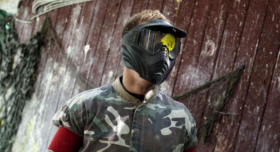 I Danmark forbinder man paintball med en hæsblæsende fritidsaktivitet iført den nødvendige beskyttelse. Flere steder i USA har våbnene spredt sig i gadebilledet.
