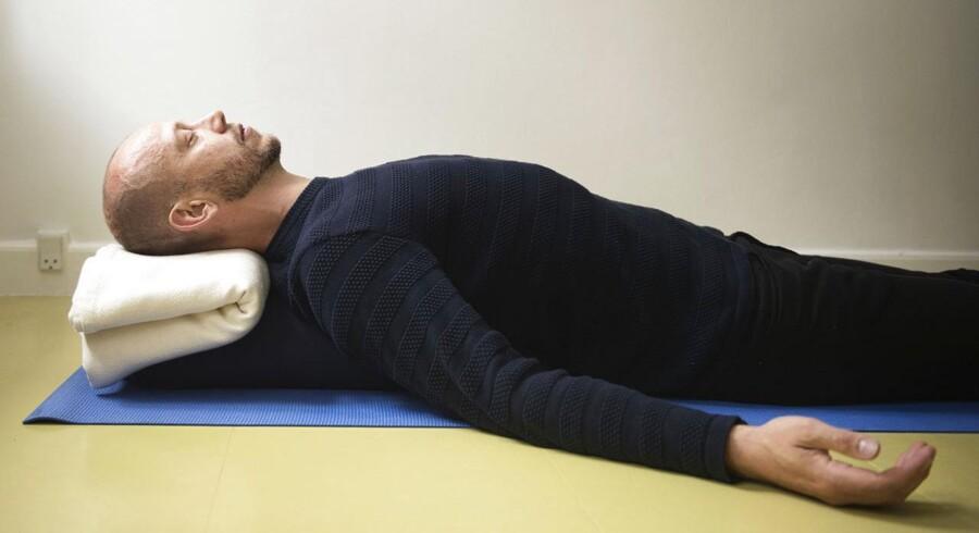Fuld yogisk vejrtrækning demonstreret af Simon Krohn.