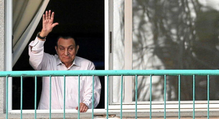 Ousted Egyptian president Hosni Mubarak waves to his supporters outside the area where he is hospitalized during the celebrations of the 43rd anniversary of the 1973 Arab-Israeli war, at Maadi military hospital on the outskirts of Cairo, Egypt October 6, 2016. REUTERS/Mohamed Abd El Ghany