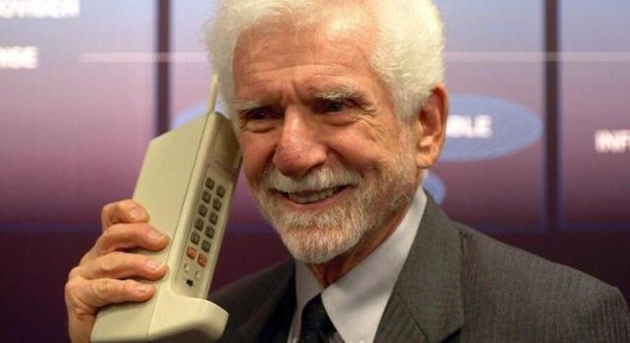 Her er mobiltelefonens fader, amerikaneren Martin »Marty« Cooper, med den mobiltelefon, som han for præcis 40 år siden foretog verdens første mobilopkald fra. Foto: Arraycomm