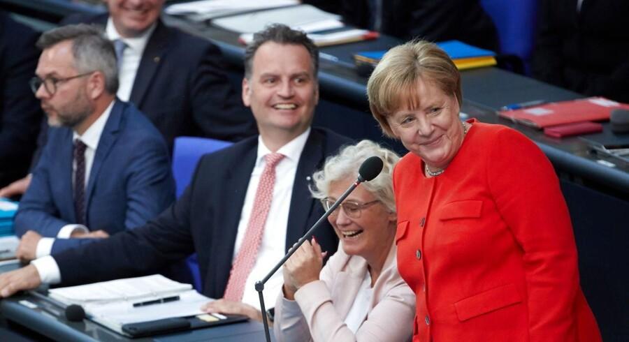 I en spørgerunde i forbundsdagen besvarede kansler Merkel onsdag eftermiddag kritiske spørgsmål om mangel på kontrol med asylansøgninger hos de tyske udlændingemyndigheder, Bundesamt für Migration und Flüchtlinge.