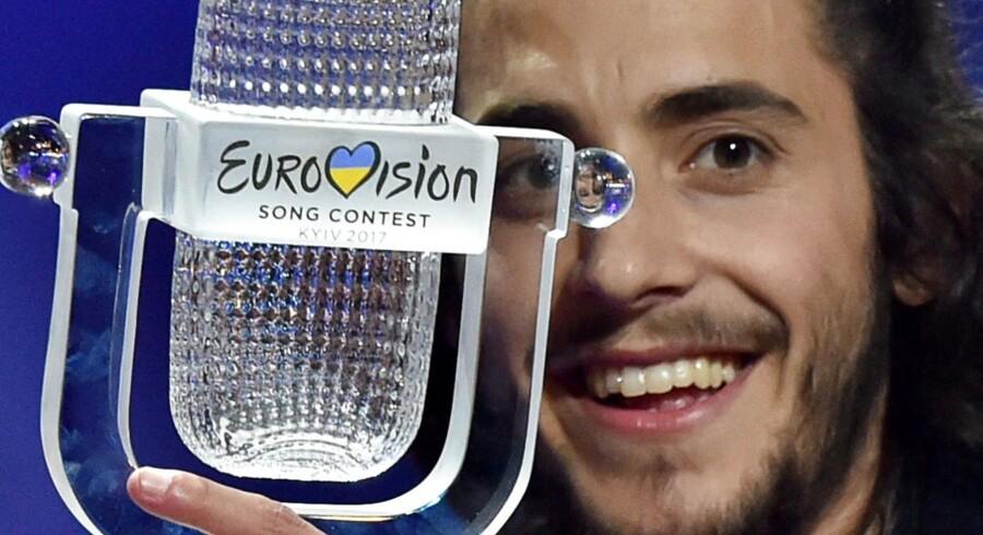 Den portugisiske vinder, Salvador Sobral, holder Eurovision-trofæet.