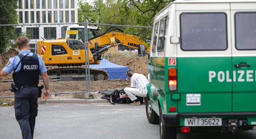 Politiet i Frankfurt sikrer området, hvor bomben er blevet fundet.