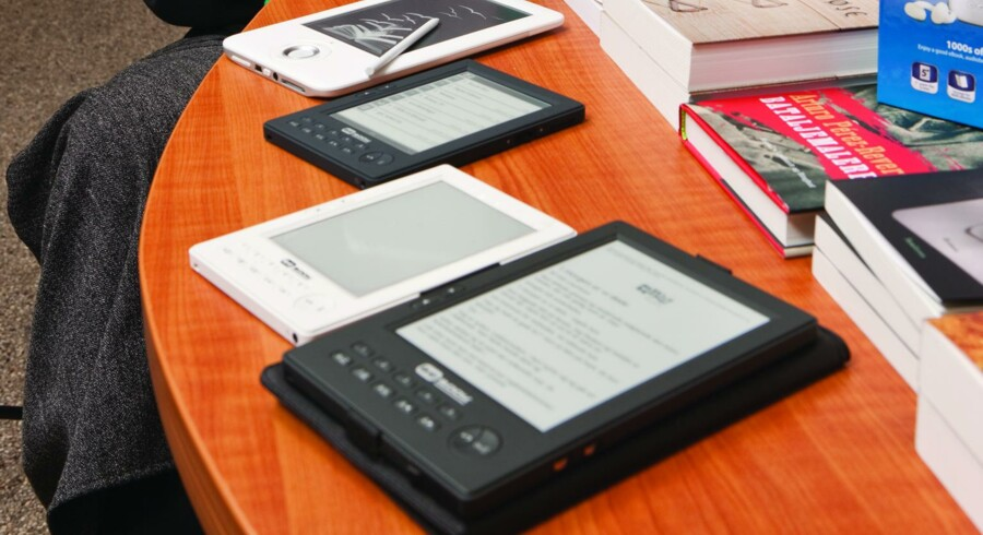 Danskerne skal lære at læse bøger på en lille, medbragt skærm, mener boghandlerne.