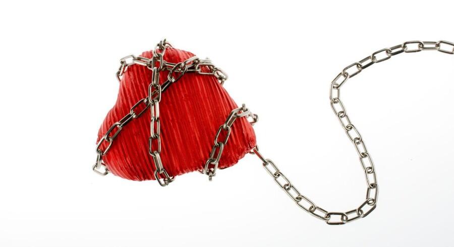 Lænkede hjerter. Sådan kan to franske elskendes kærlighed bedst beskrives. Den ene er tidligere fængselsvagt og nu fyret, mens den anden stadig sidder bag tremmer. Foto: Iris
