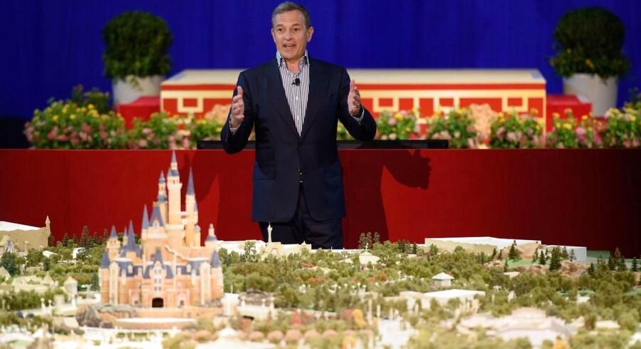 Adm. direktør i Disney, Bob Iger, fortæller om sine planer foran en model af det nye Shanghai Disney Resort til en pressebegivenhed i Shanghai i juli 2015