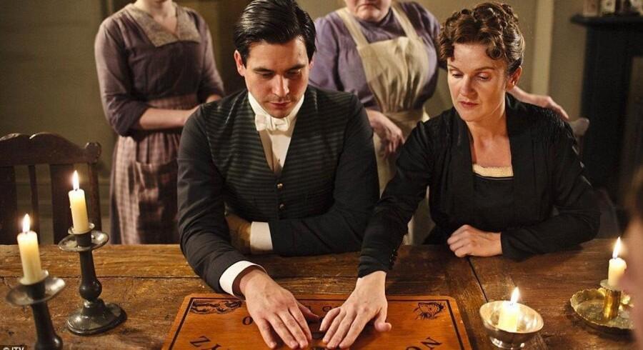I TV-serien »Downton Abbey« forsøger de medvirkende i et afsnit sig med at spille Ouija.