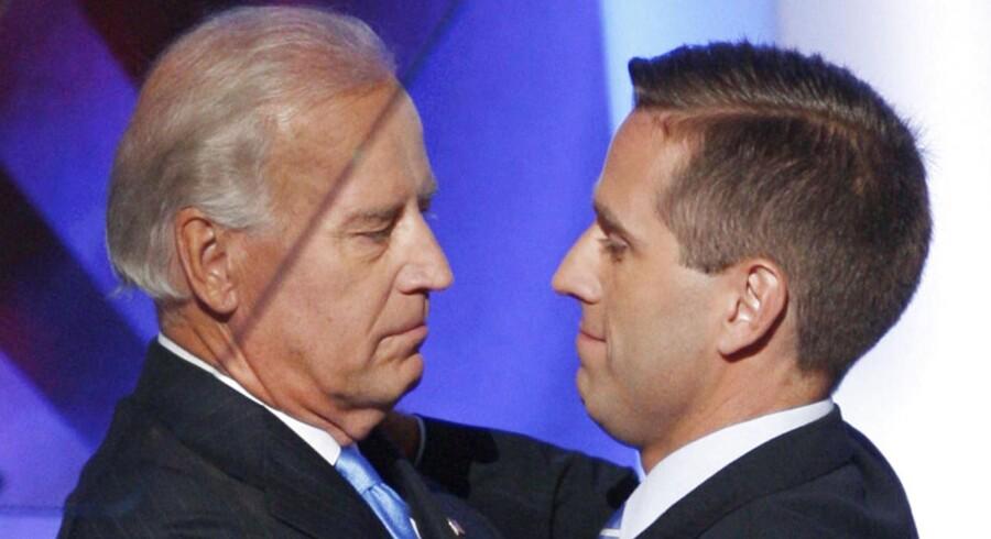 ARKIVFOTO. Joe Biden (tv) giver sin søn Beau et kram ved demokraternes konvent i Colorado i 2008.