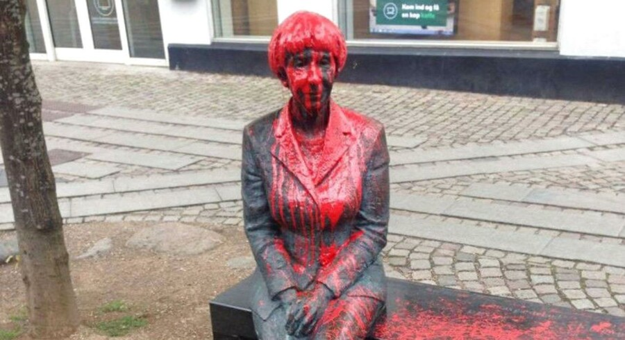 Dagen før forfatteren Lise Nørgaards 100-års fødselsdag blev en skulptur af hende på Algade i Roskilde overhældt med rød maling. (Foto: Marianne Fuchs/Scanpix 2017)