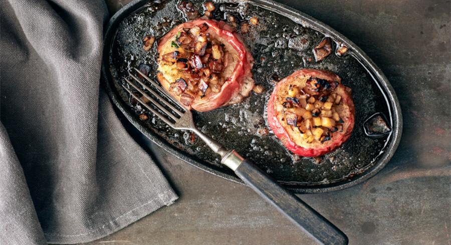 Skiver af æble bagt med selleri, løg og bacon.