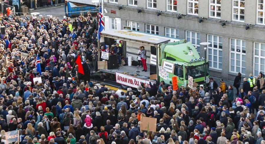 Over 20.000 mennesker var sent mandag mødt op på torvet foran Islands parlament, Altinget, i centrum af hovedstaden Reykjavik. De fremmødte krævede, at statsminister Sigmundur David Gunnlaugsson trækker sig, efter at dokumentlæk har vist, at hans familie angiveligt har store beløb i skattely.