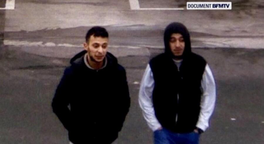 Salah Abdeslam (tv) og hans formodede medskyldige, Hamza Attou, er her fanget på et overvågningskamera på en benzintank mellem Paris og Bruxelles dagen efter terrorangrebet i Paris 13. november sidste år.